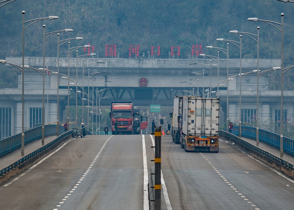 Đội lái xe vượt dịch tại cửa khẩu  - Ảnh 12.