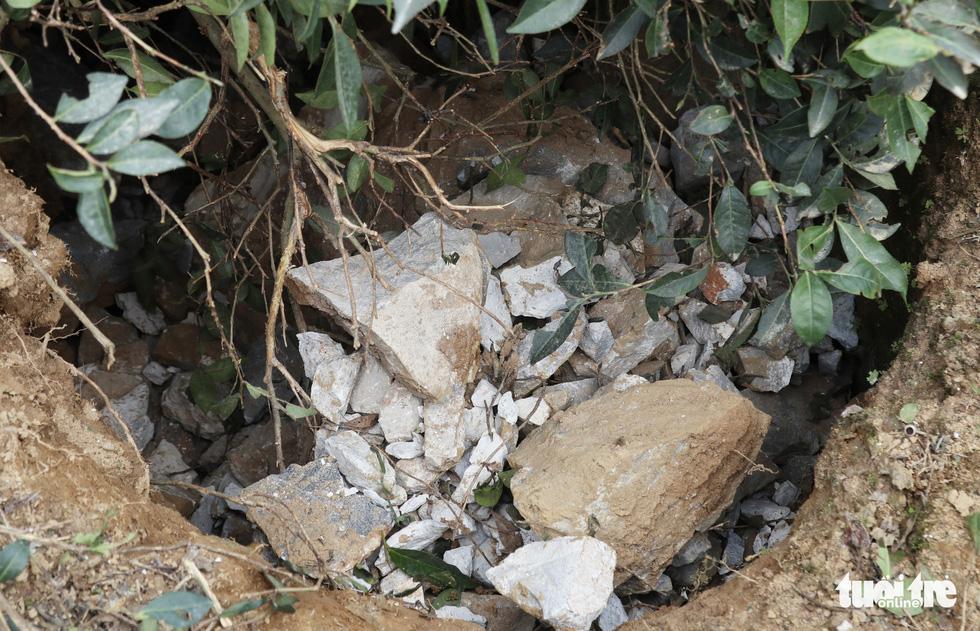 Mỏ đá nổ mìn, đá rơi 'như mưa' vào nhà dân - Ảnh 11.