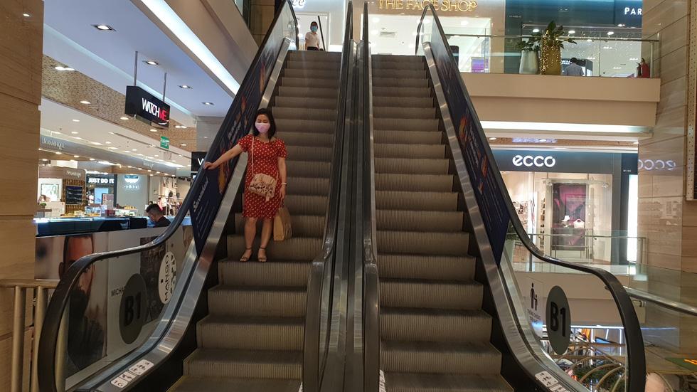 Nhiều điểm vui chơi, mua sắm ở TP. HCM vắng vẻ giữa dịch corona - Ảnh 8.