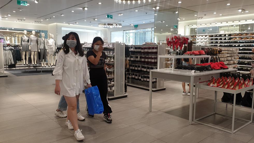 Nhiều điểm vui chơi, mua sắm ở TP. HCM vắng vẻ giữa dịch corona - Ảnh 14.