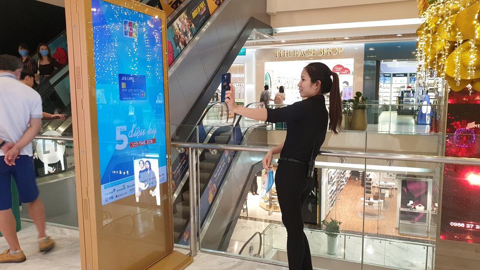 Nhiều điểm vui chơi, mua sắm ở TP. HCM vắng vẻ giữa dịch corona - Ảnh 9.