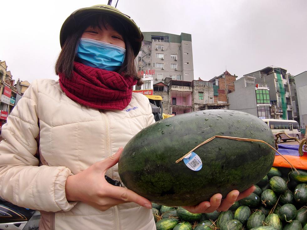 Người Hà Nội mua giải cứu dưa hấu không thể xuất sang Trung Quốc - Ảnh 5.