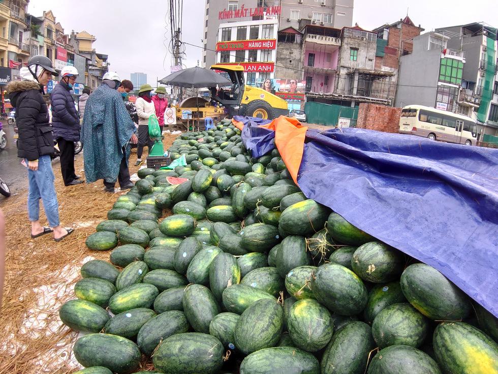 Người Hà Nội mua giải cứu dưa hấu không thể xuất sang Trung Quốc - Ảnh 2.