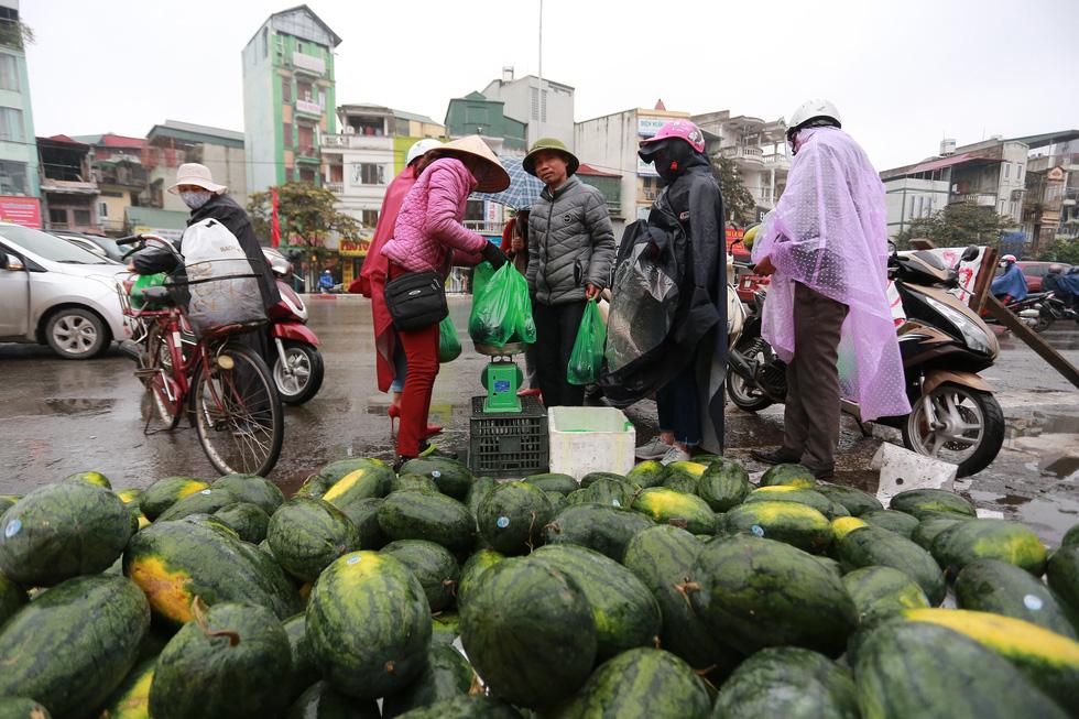 Người Hà Nội mua giải cứu dưa hấu không thể xuất sang Trung Quốc - Ảnh 1.