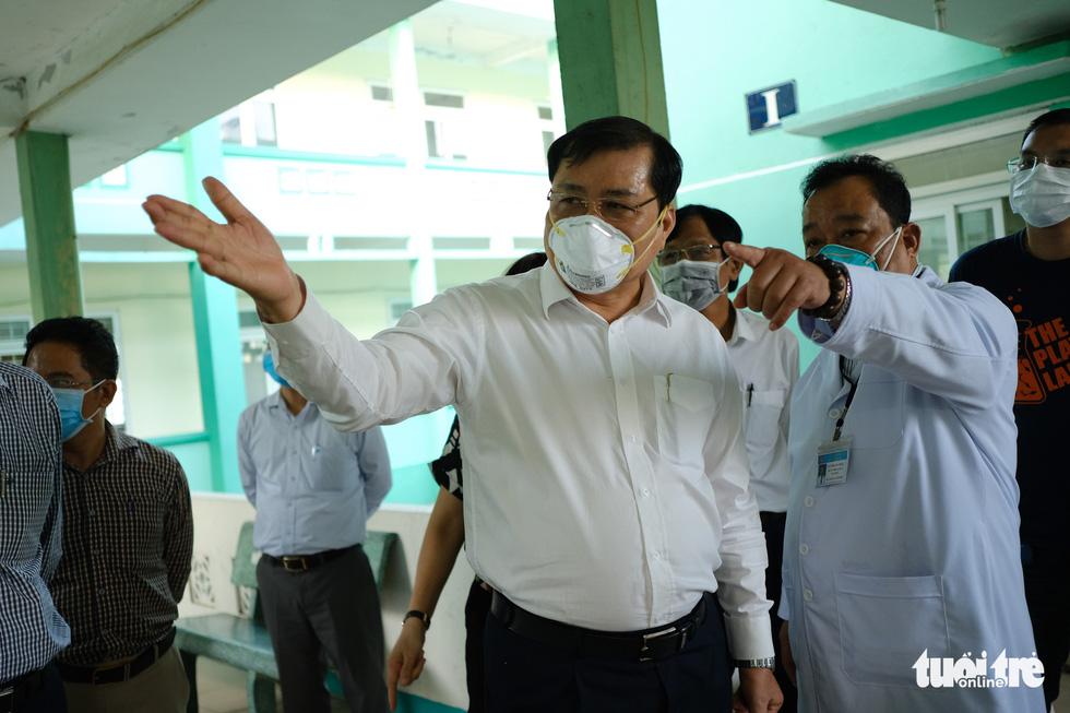 Chủ tịch Đà Nẵng vào khu cách ly thăm bệnh nhân chờ xét nghiệm virus corona - Ảnh 2.