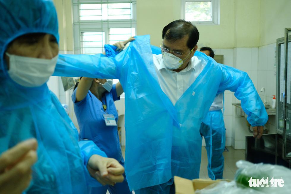 Chủ tịch Đà Nẵng vào khu cách ly thăm bệnh nhân chờ xét nghiệm virus corona - Ảnh 3.
