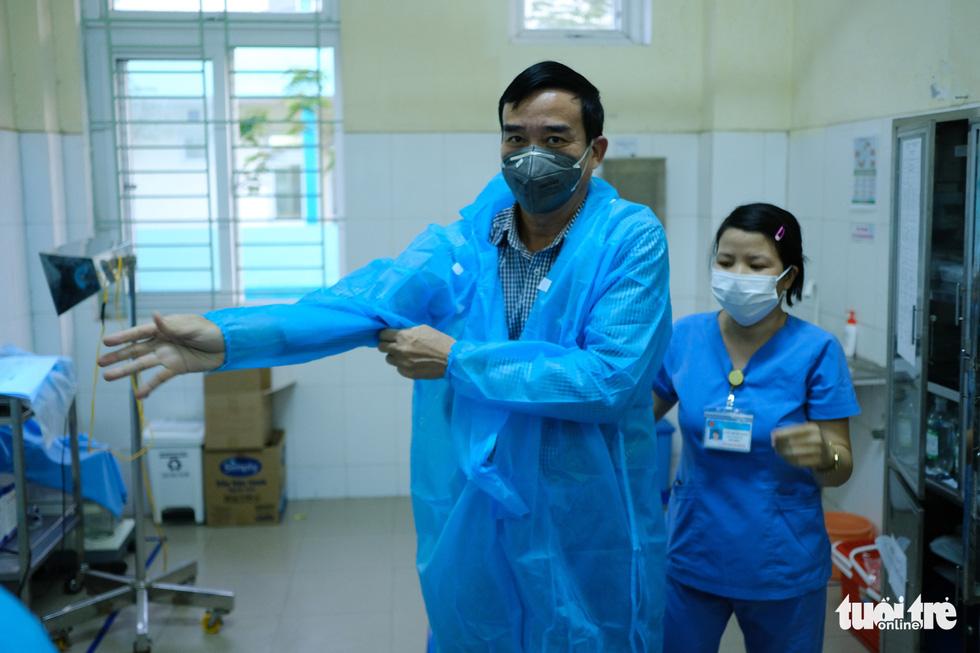 Chủ tịch Đà Nẵng vào khu cách ly thăm bệnh nhân chờ xét nghiệm virus corona - Ảnh 4.
