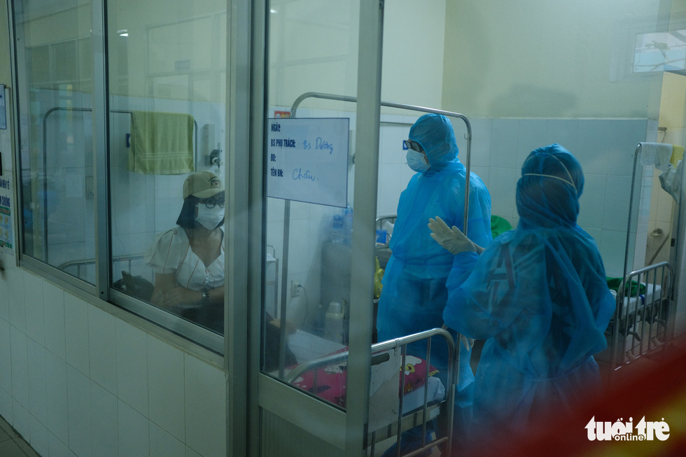 Chủ tịch Đà Nẵng vào khu cách ly thăm bệnh nhân chờ xét nghiệm virus corona - Ảnh 1.