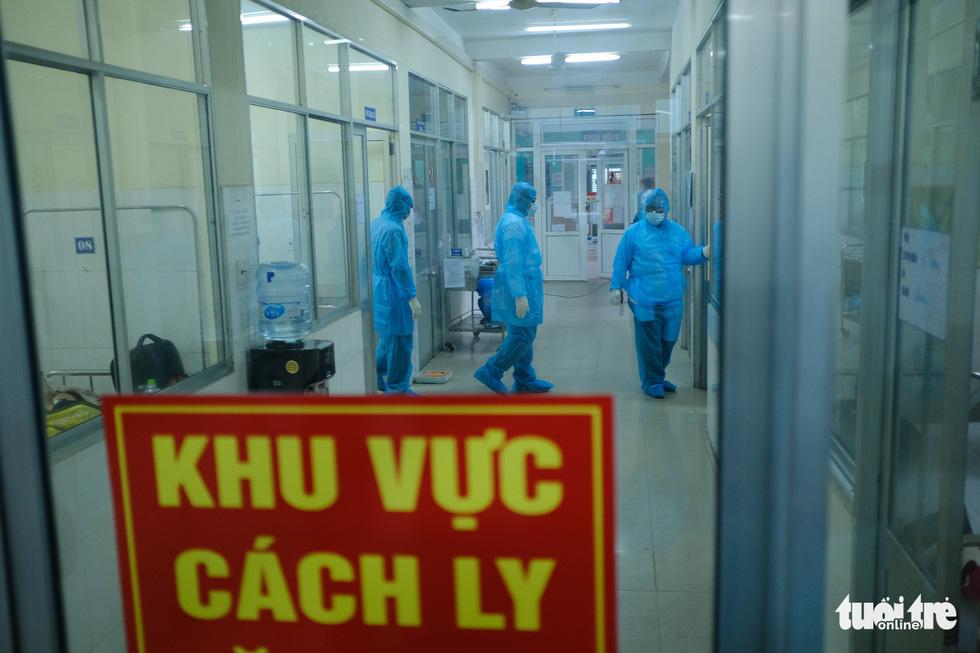 Chủ tịch Đà Nẵng vào khu cách ly thăm bệnh nhân chờ xét nghiệm virus corona - Ảnh 5.