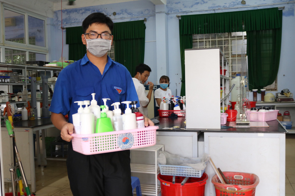 Thầy trò điều chế nước rửa tay khô phát miễn phí cho người dân - Ảnh 5.