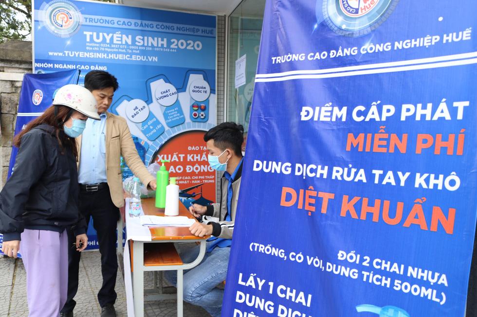 Thầy trò điều chế nước rửa tay khô phát miễn phí cho người dân - Ảnh 6.