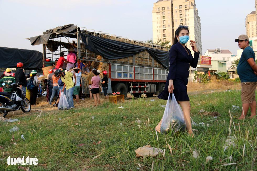 Người Sài Gòn xếp hàng 'giải cứu' dưa hấu, có người mua cả tấn làm từ thiện - Ảnh 5.