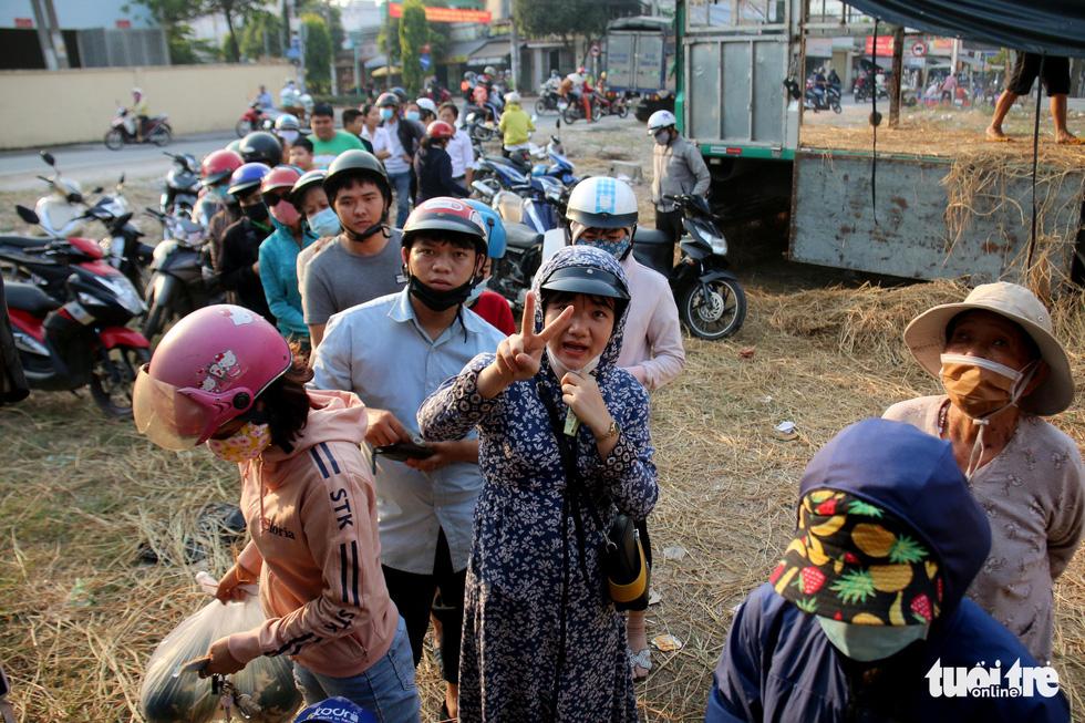 Người Sài Gòn xếp hàng 'giải cứu' dưa hấu, có người mua cả tấn làm từ thiện - Ảnh 2.