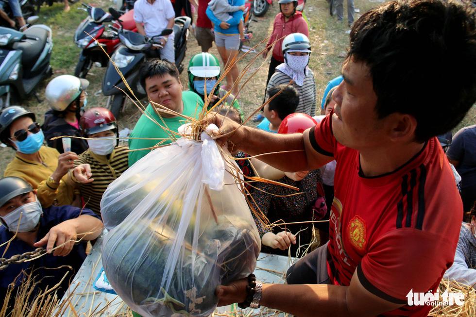 Người Sài Gòn xếp hàng 'giải cứu' dưa hấu, có người mua cả tấn làm từ thiện - Ảnh 3.