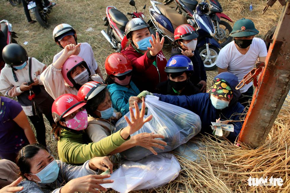 Người Sài Gòn xếp hàng 'giải cứu' dưa hấu, có người mua cả tấn làm từ thiện - Ảnh 4.