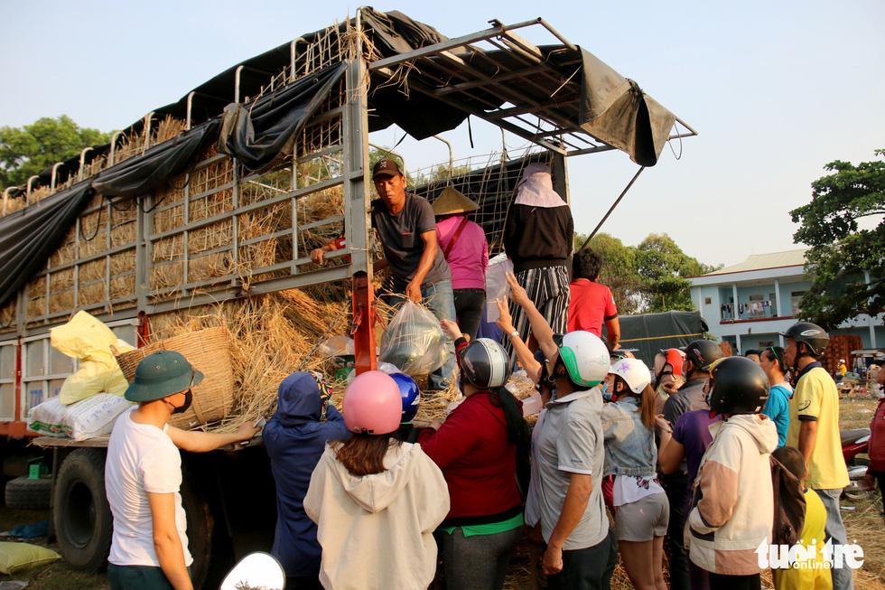 Người Sài Gòn xếp hàng 'giải cứu' dưa hấu, có người mua cả tấn làm từ thiện - Ảnh 8.