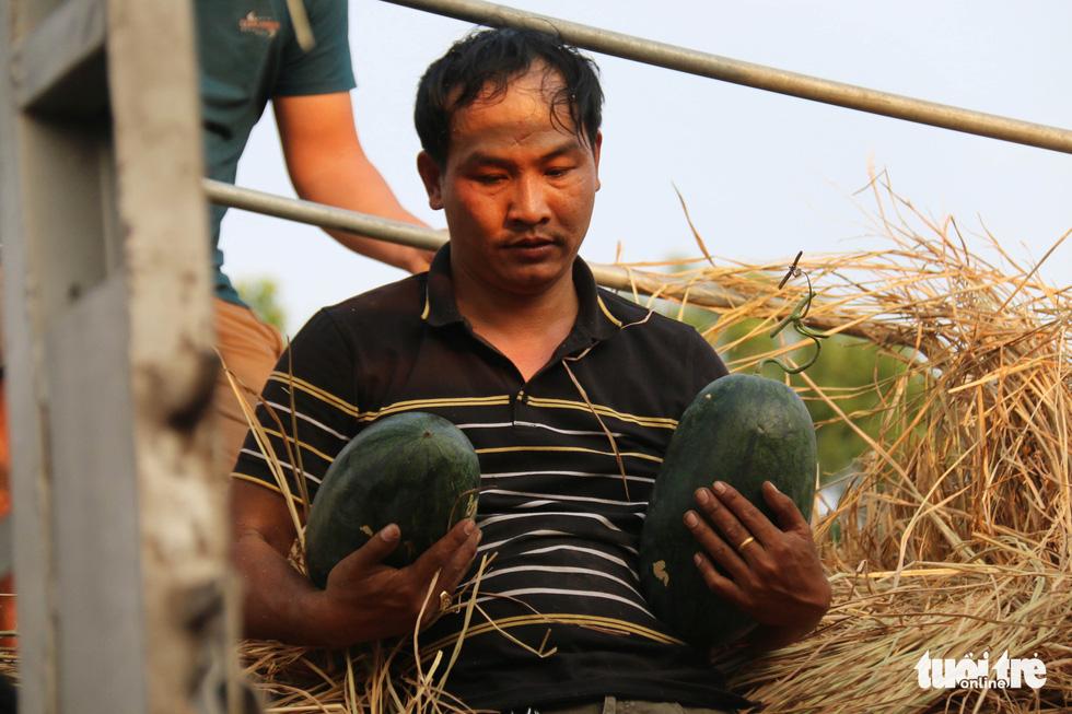 Người Sài Gòn xếp hàng 'giải cứu' dưa hấu, có người mua cả tấn làm từ thiện - Ảnh 7.