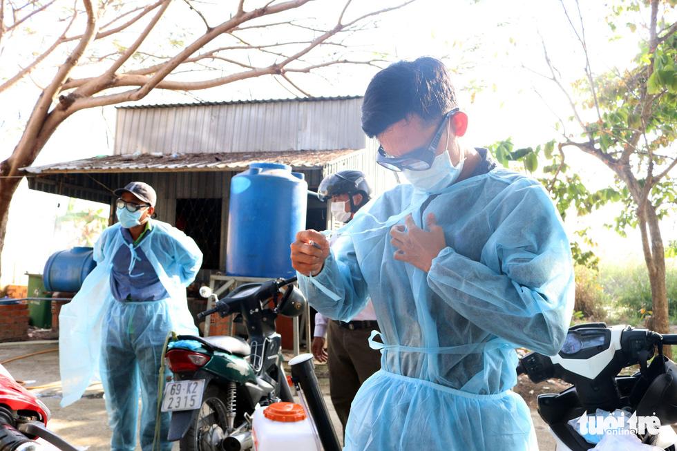 Theo chân những người phun thuốc khử khuẩn chống virus corona - Ảnh 3.