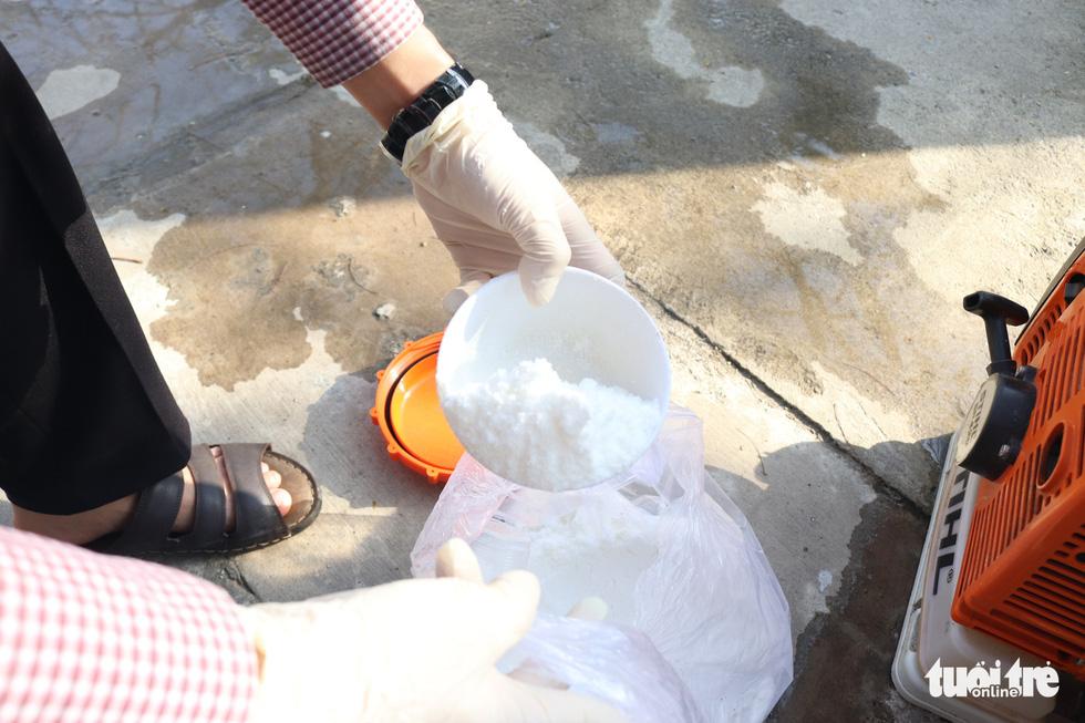 Theo chân những người phun thuốc khử khuẩn chống virus corona - Ảnh 5.