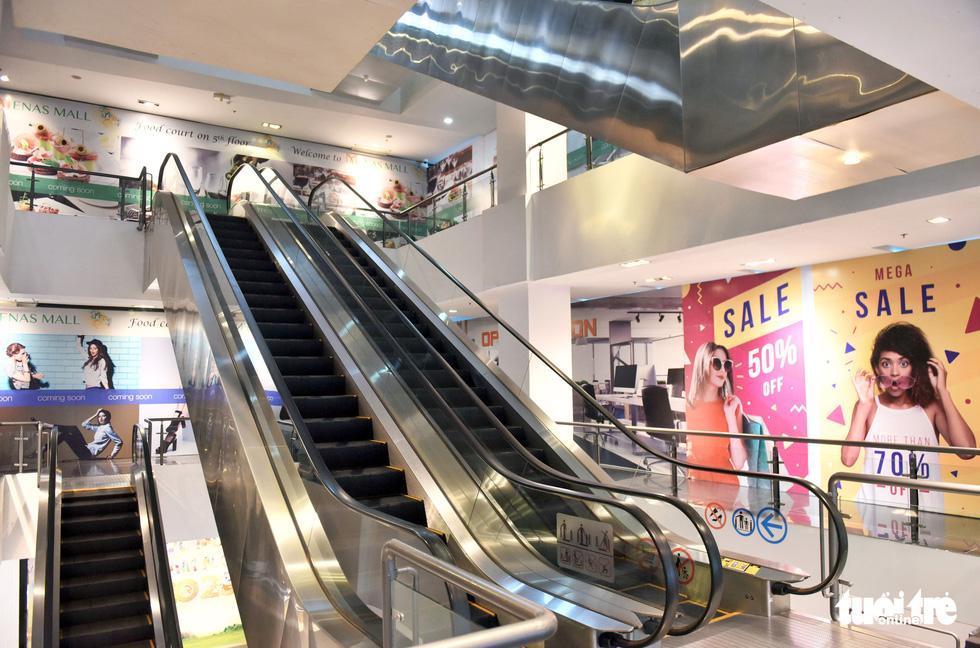 Trung tâm thương mại, rạp phim, điểm vui chơi vắng vẻ chưa từng thấy - Ảnh 2.