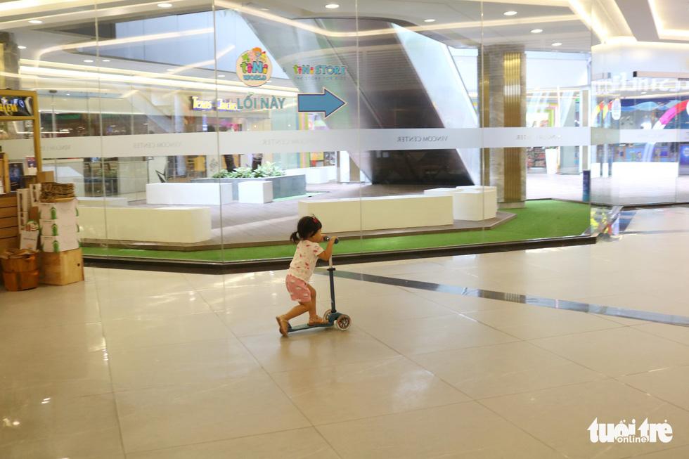 Trung tâm thương mại, rạp phim, điểm vui chơi vắng vẻ chưa từng thấy - Ảnh 5.