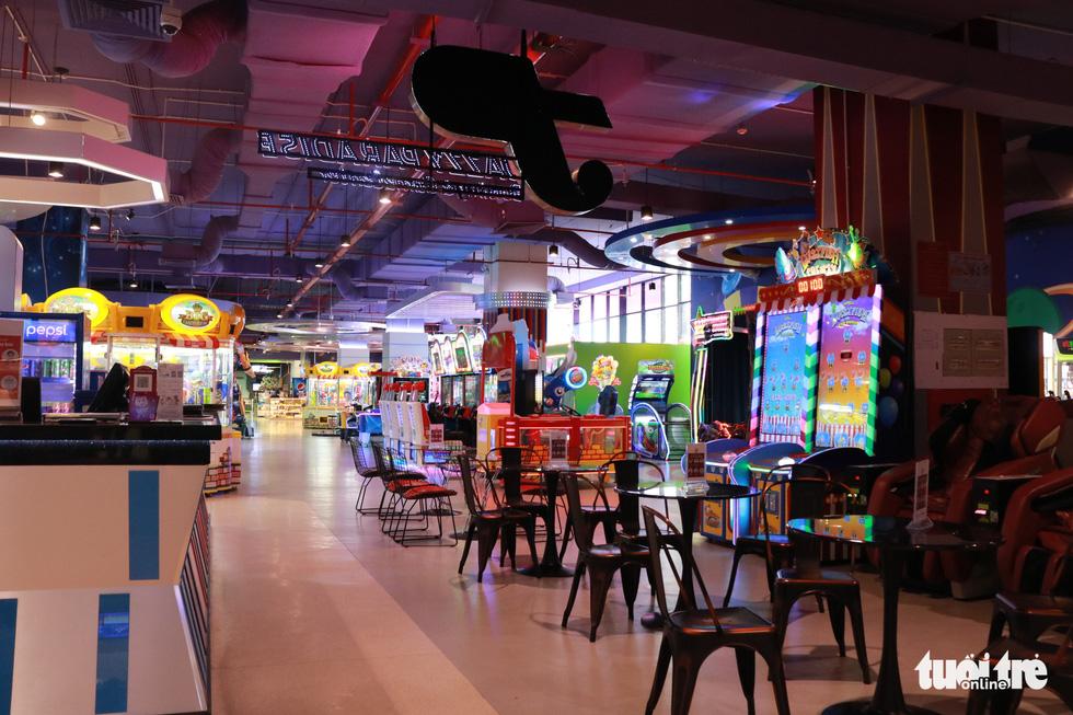 Trung tâm thương mại, rạp phim, điểm vui chơi vắng vẻ chưa từng thấy - Ảnh 8.