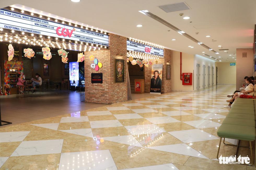 Trung tâm thương mại, rạp phim, điểm vui chơi vắng vẻ chưa từng thấy - Ảnh 12.