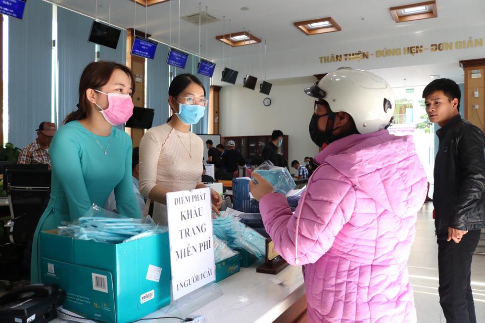 Doanh nghiệp dệt may tặng 70.000 khẩu trang vải kháng khuẩn cho người dân - Ảnh 9.