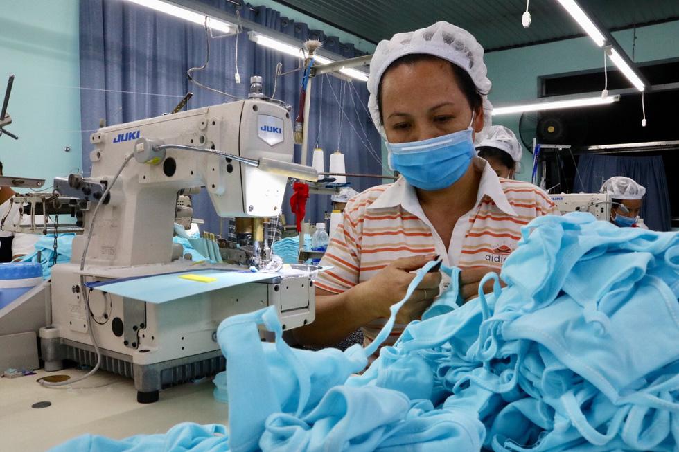 Doanh nghiệp dệt may tặng 70.000 khẩu trang vải kháng khuẩn cho người dân - Ảnh 2.
