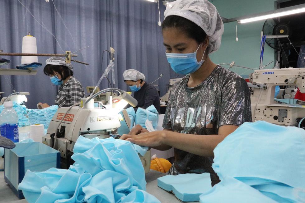 Doanh nghiệp dệt may tặng 70.000 khẩu trang vải kháng khuẩn cho người dân - Ảnh 4.
