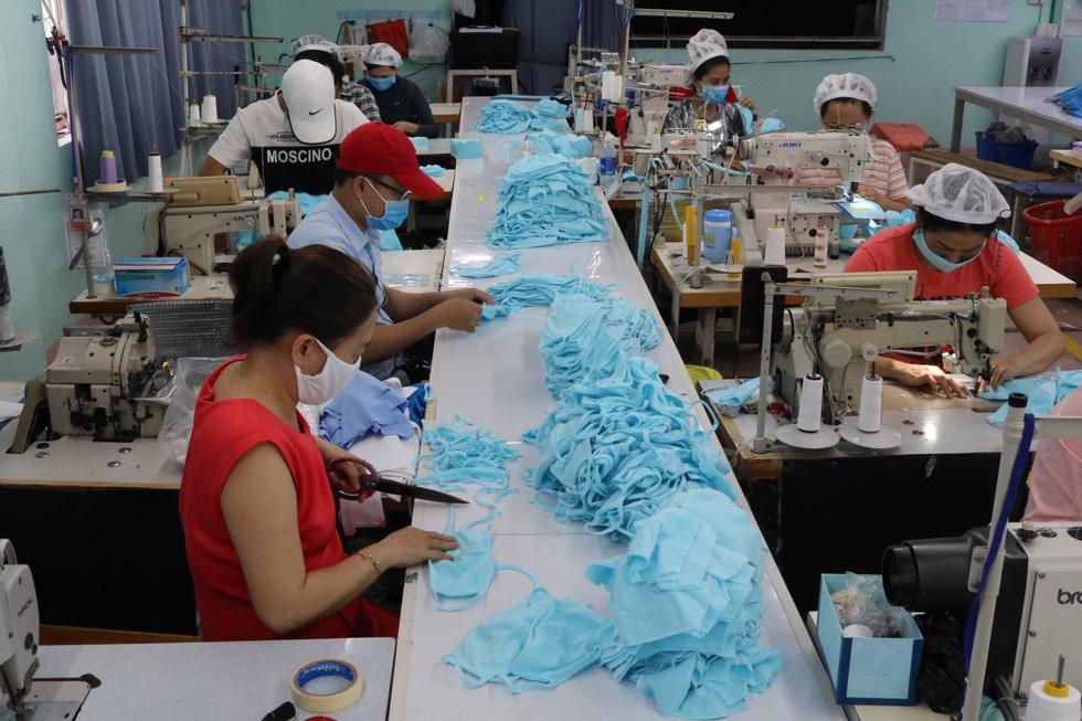 Doanh nghiệp dệt may tặng 70.000 khẩu trang vải kháng khuẩn cho người dân - Ảnh 1.