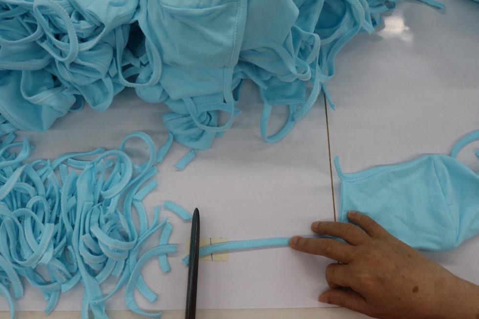 Doanh nghiệp dệt may tặng 70.000 khẩu trang vải kháng khuẩn cho người dân - Ảnh 5.