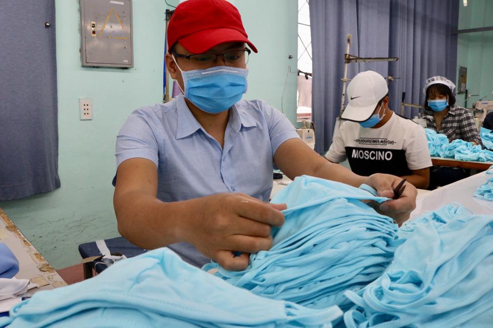 Doanh nghiệp dệt may tặng 70.000 khẩu trang vải kháng khuẩn cho người dân - Ảnh 6.
