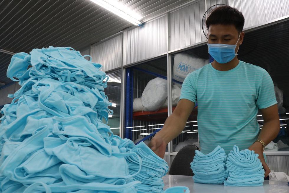 Doanh nghiệp dệt may tặng 70.000 khẩu trang vải kháng khuẩn cho người dân - Ảnh 7.
