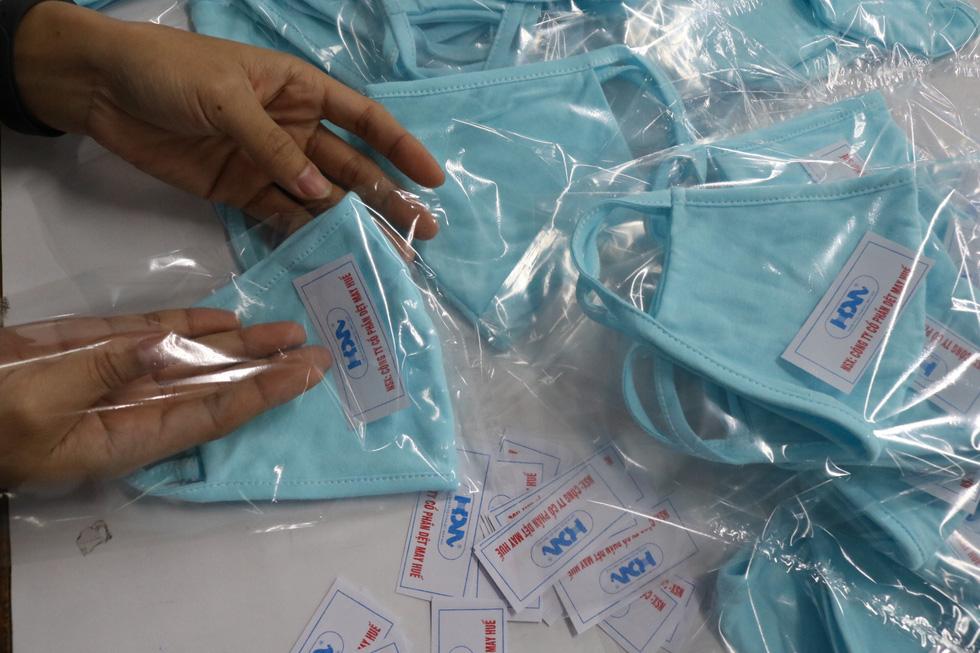 Doanh nghiệp dệt may tặng 70.000 khẩu trang vải kháng khuẩn cho người dân - Ảnh 8.