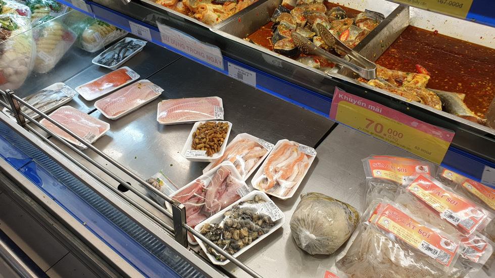 Giá thực phẩm giảm, người Sài Gòn tranh thủ cuối tuần đi siêu thị - Ảnh 11.