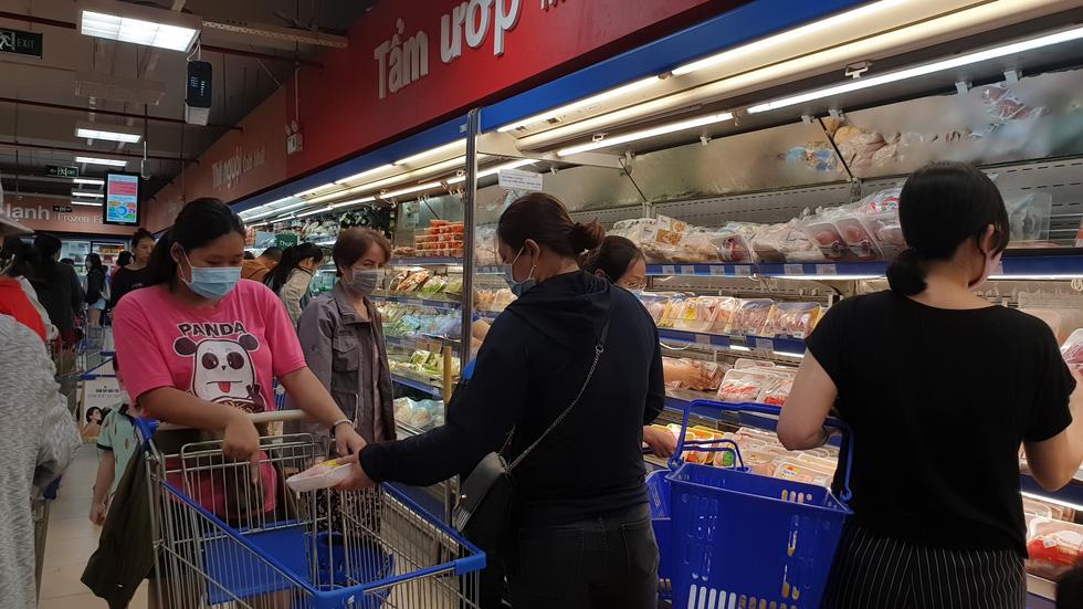 Giá thực phẩm giảm, người Sài Gòn tranh thủ cuối tuần đi siêu thị - Ảnh 8.