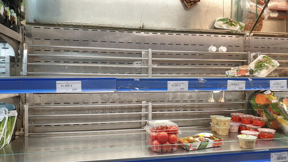 Giá thực phẩm giảm, người Sài Gòn tranh thủ cuối tuần đi siêu thị - Ảnh 3.