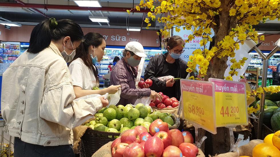 Giá thực phẩm giảm, người Sài Gòn tranh thủ cuối tuần đi siêu thị - Ảnh 9.