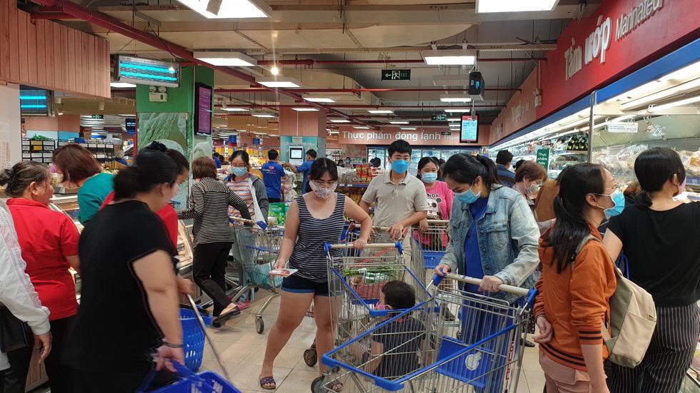 Giá thực phẩm giảm, người Sài Gòn tranh thủ cuối tuần đi siêu thị - Ảnh 12.