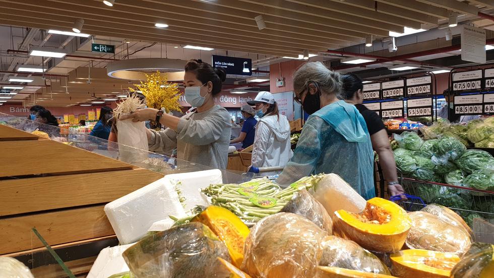 Giá thực phẩm giảm, người Sài Gòn tranh thủ cuối tuần đi siêu thị - Ảnh 7.