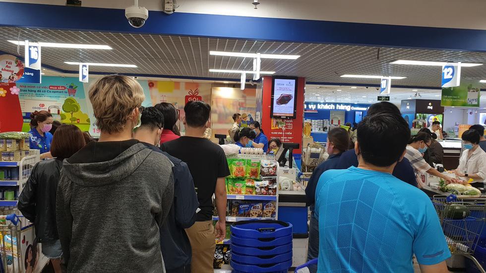 Giá thực phẩm giảm, người Sài Gòn tranh thủ cuối tuần đi siêu thị - Ảnh 14.
