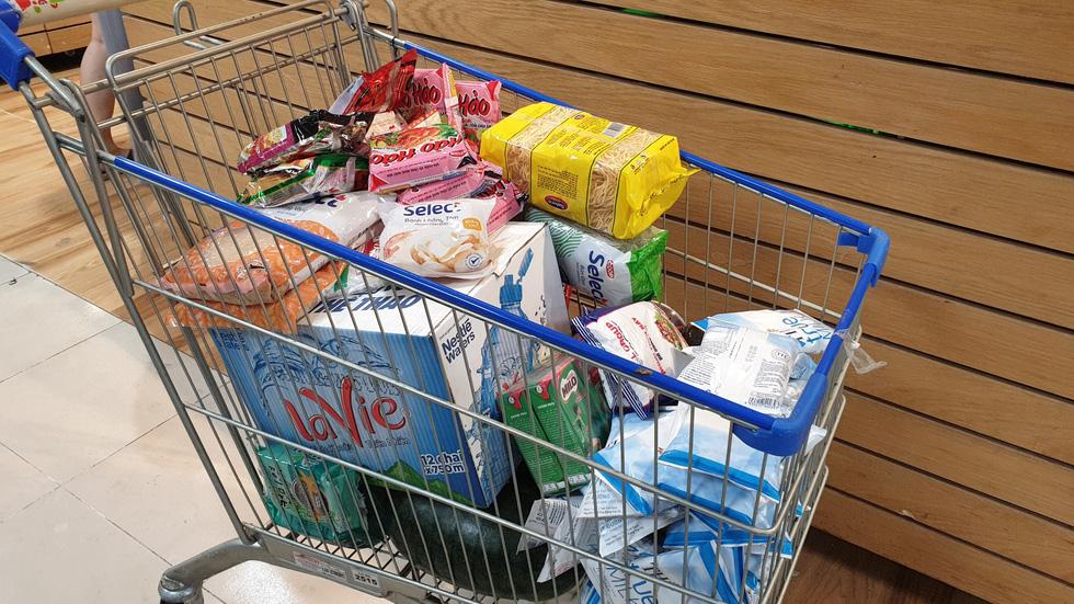 Giá thực phẩm giảm, người Sài Gòn tranh thủ cuối tuần đi siêu thị - Ảnh 10.