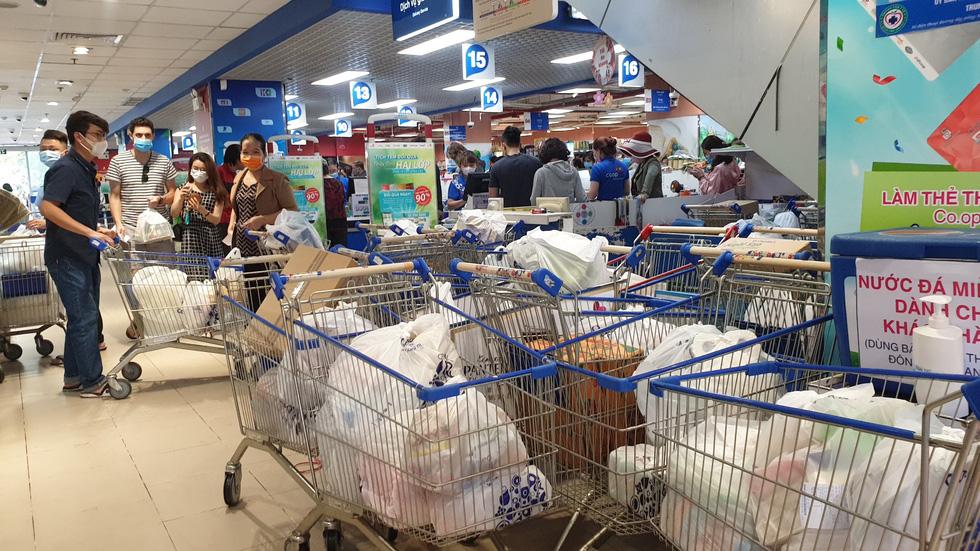 Giá thực phẩm giảm, người Sài Gòn tranh thủ cuối tuần đi siêu thị - Ảnh 15.