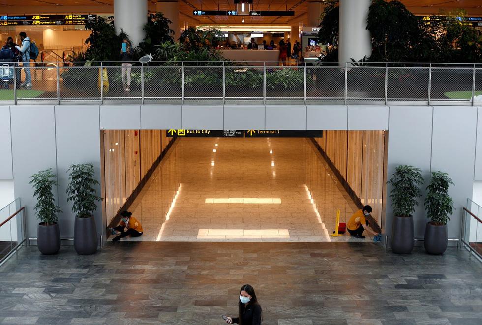 Sân bay khắp thế giới vắng hoe vì dịch bệnh COVID-19 - Ảnh 9.