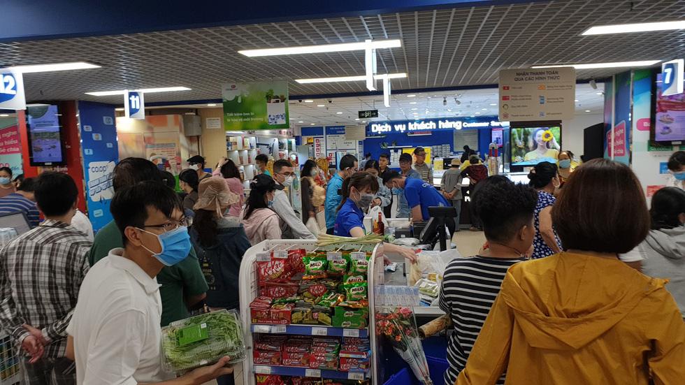 Giá thực phẩm giảm, người Sài Gòn tranh thủ cuối tuần đi siêu thị - Ảnh 1.