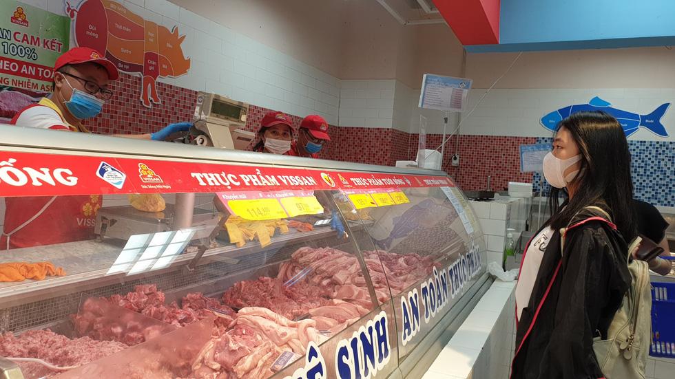 Giá thực phẩm giảm, người Sài Gòn tranh thủ cuối tuần đi siêu thị - Ảnh 2.