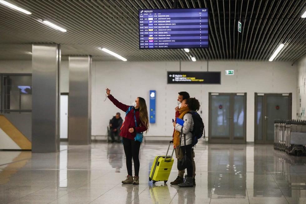 Sân bay khắp thế giới vắng hoe vì dịch bệnh COVID-19 - Ảnh 2.