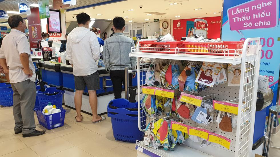 Giá thực phẩm giảm, người Sài Gòn tranh thủ cuối tuần đi siêu thị - Ảnh 13.
