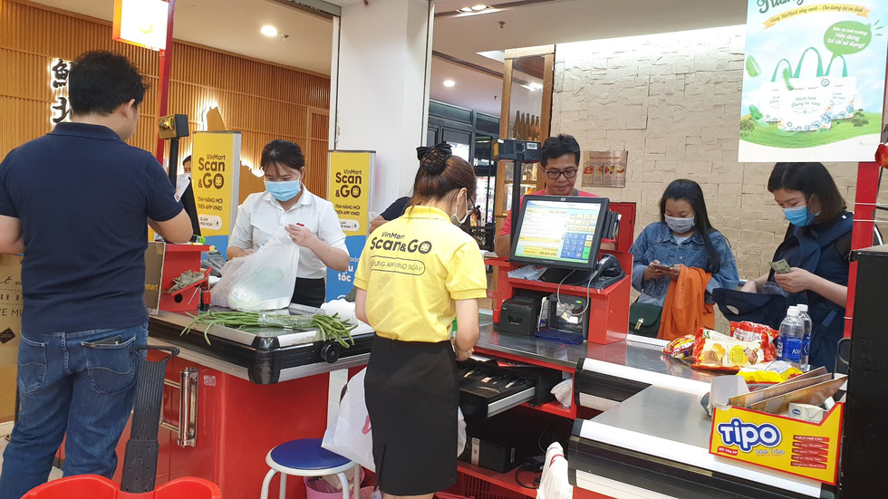 Giá thực phẩm giảm, người Sài Gòn tranh thủ cuối tuần đi siêu thị - Ảnh 5.